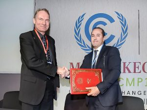 Mr. Ikken and Dr. Grunow sign the cooperation agreement at the the COP22 in Morocco. Source: PI Berlin